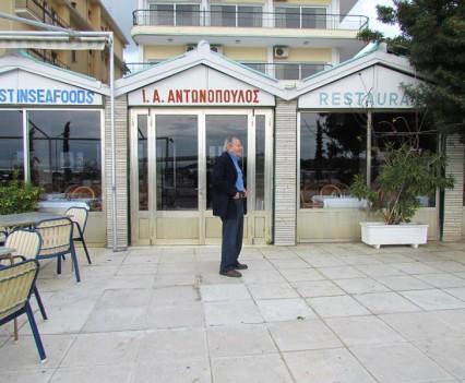 2014 Ο Γιάννης Αντωνόπουλος μπροστά στο μαγαζί του, στο ίδιο σημείο, μετά από 72 χρόνια...